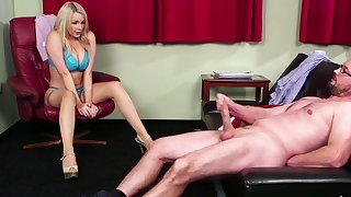 Low-spirited kirmess babe Penny Lee watches a naked dude spasmodical off