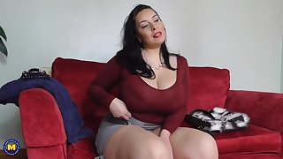 Big sex bomb mother with hairy British cunt