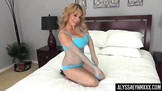 Fucking hot trull Alyssa Lynn is playing with her favorite sex toy